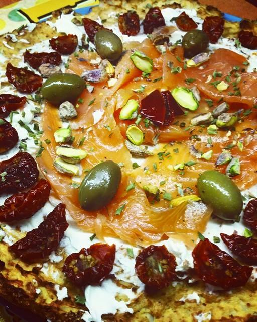 pizza di cavolfiori con ricco condimento