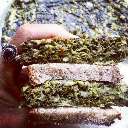 panino vegetariano farcito con torta di spinaci e albume