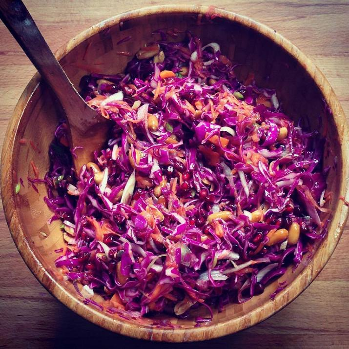 insalata al cavolo viola con arachidi e melograno